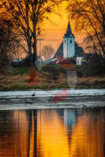 Miki im Abendlicht   Die Mitterkirchner Kirche im Abendlicht