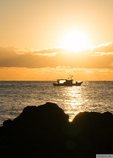 Fischerboot bei Sonnenaufgang | Ein Fischerboot an der Zyklopenküste auf Sizilien zum Sonnenaufgang