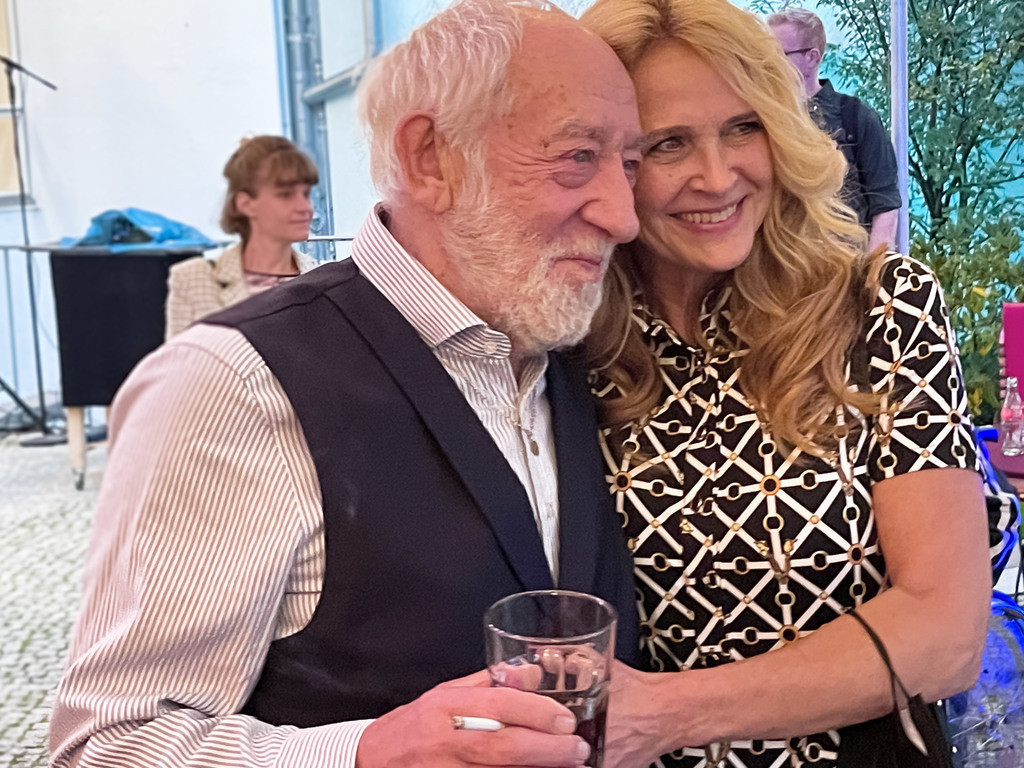 Premierenabend im Schlossparktheater   Am Abend vor seinen 86. Geburtstag  Dieter Hallervorden mit seiner Ehefrau.Premiere von: Dinge, die ich sicher weiß