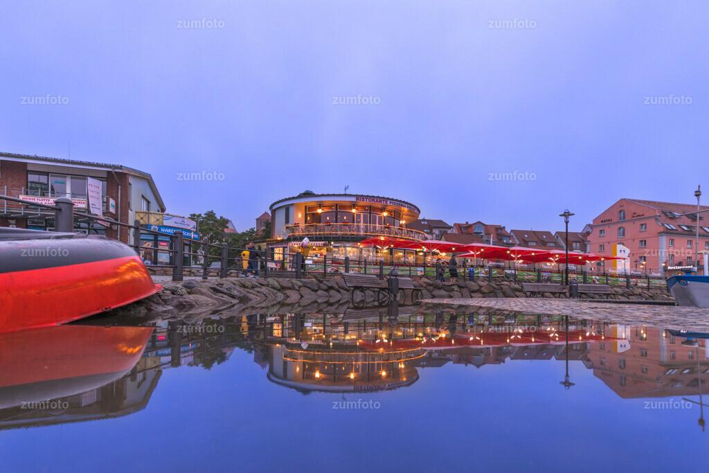 170629_2043-5071-A | --Dateigröße 6720 x 4480 Pixel-- Satdthafen von Waren (Müritz) mit spiegelung nach Gewitterschauer