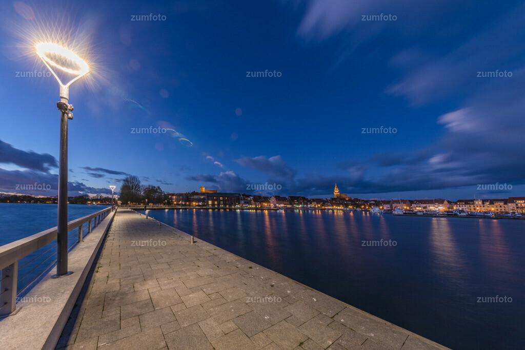 171029_1725-1949-A-2 | --Dateigröße 6720 x 4480 Pixel-- Satdthafen von Waren bei Nacht