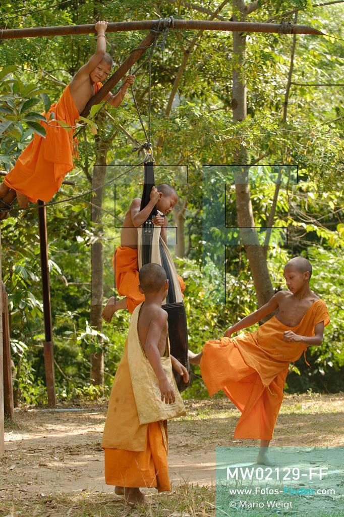 MW02129-FF | Thailand | Goldenes Dreieck | Reportage: Buddhas Ranch im Dschungel | Abt Phra Khru Bah Nuachai Kosito lernt den jungen Mönchen Muay Thai (Thaiboxen).  ** Feindaten bitte anfragen bei Mario Weigt Photography, info@asia-stories.com **
