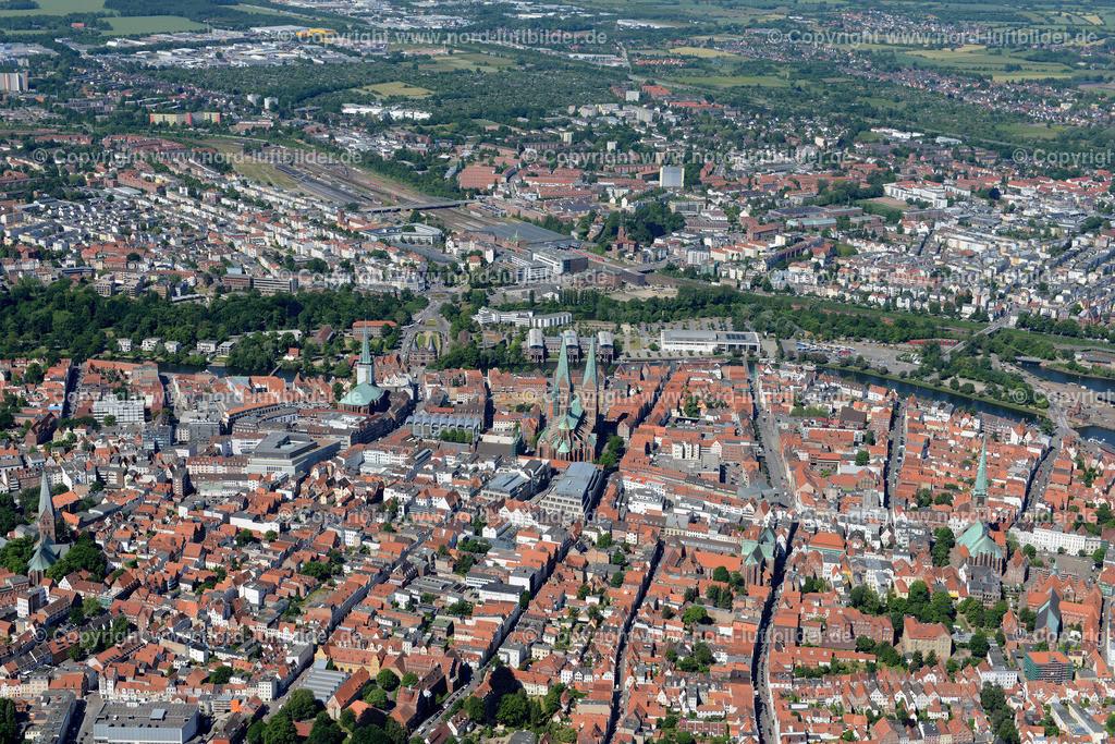 Lübeck_ELS_8440151106 | Lübeck - Aufnahmedatum: 10.06.2015, Aufnahmehoehe: 585 m, Koordinaten: N53°52.069' - E10°42.662', Bildgröße: 7360 x  4912 Pixel - Copyright 2015 by Martin Elsen, Kontakt: Tel.: +49 157 74581206, E-Mail: info@schoenes-foto.de  Schlagwörter;Foto Luftbild,Altstadt,HolstenTor,Kirche,Hanse,Hansestadt,Luftaufnahme,
