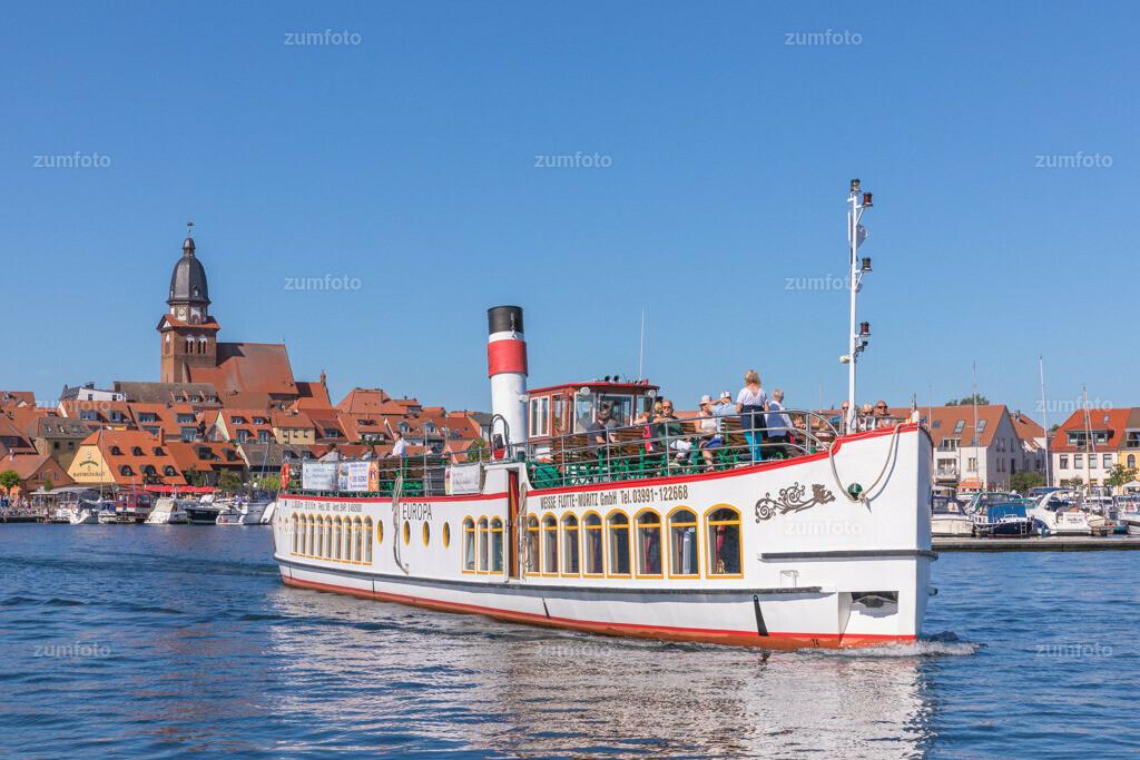170709_1649-7897-A | --Dateigröße 6720 x 4480 Pixel-- Satdthafen von Waren am Nachmittag, mit Dampfschiff Europa