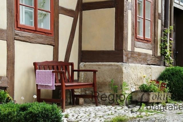 Setz Dich mal! | Die einsame Bank am Wernerschen Haus lädt ein zum Verweilen
