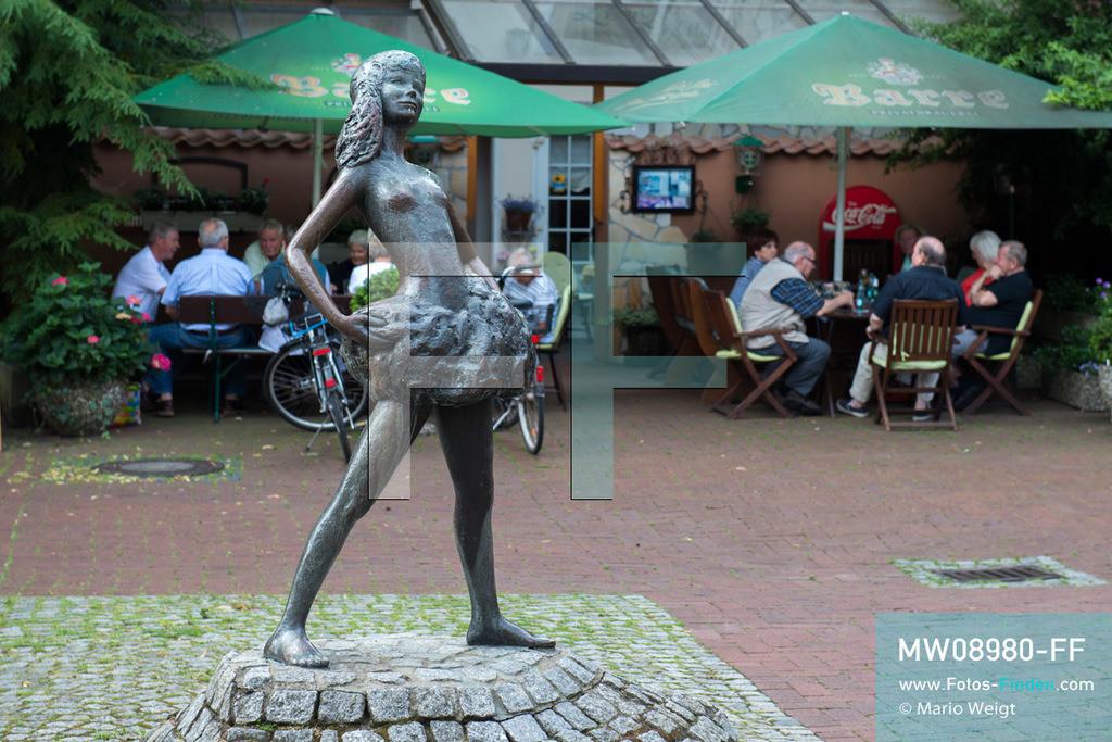 MW08980-FF | Deutschland | Niedersachsen | Nienburg | Reportage: Reise entlang der Weser | Die Bronzeskulptur