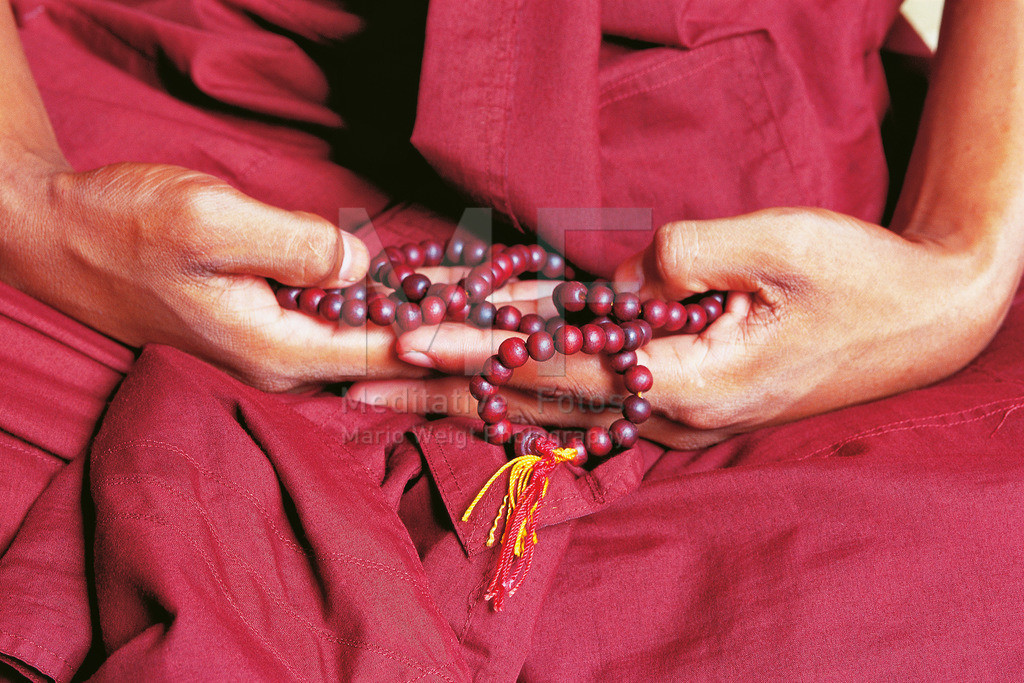 MW1011-2006 | Buddhistischer Mönch mit Gebetskette beim Meditieren | Dieses Foto ist ein Original-Scan von analogem Fuji Velvia Filmmaterial und kann je nach Größe der Ausbelichtung und dem Trägermaterial eine leichte Körnung aufweisen. Das Motiv bekommt damit mehr Haptik und den beliebten analogen Touch.