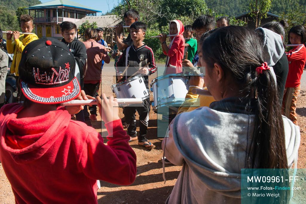 MW09961-FF | Myanmar | Loikaw | Reportage: Loikaw im Kayah State | Traditionsgemäß zieht die ethnische Minderheit der Kayah in den Dörfern von Haus zu Haus und musiziert während der Weihnachtszeit. Durch die Missionierung im 19. Jahrhundert ist ein Großteil der Kayah Christen.   ** Feindaten bitte anfragen bei Mario Weigt Photography, info@asia-stories.com **