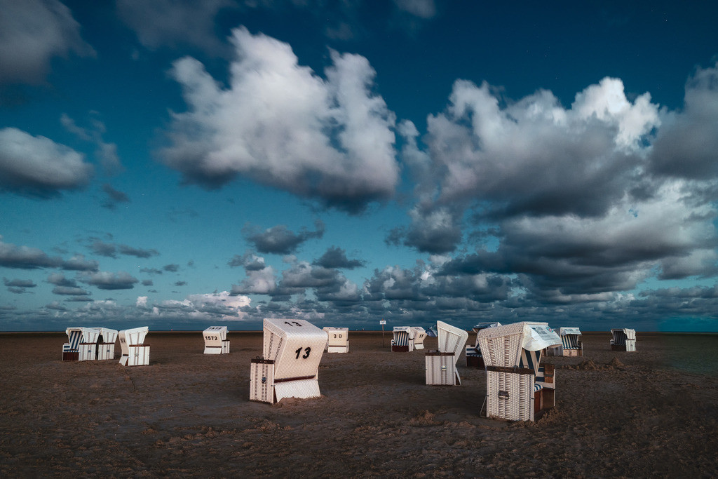 The Beach Chairs | Ein Rudel Strandkörbe eine ganze Weile vor Sonnenaufgang