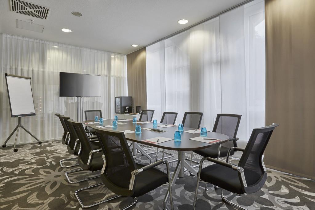 boardroom-02-hplus-hotel-wiesbaden-niedernhausen