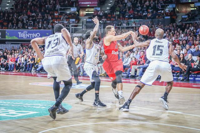 FC Bayern Basketball vs. Science City Jena, Basketball, BBL, 02.02.2019 | l-r: Im Zweikampf/Aktion mit