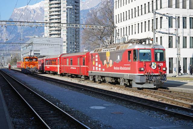 RhB Geaf 2/2 20605 & Ge 4/4 II 629 | Die Rangierlok wartet am Bahnhof Landquart auf weitere Aufgaben und der Regionalzug auf das Abfahrtssignal.