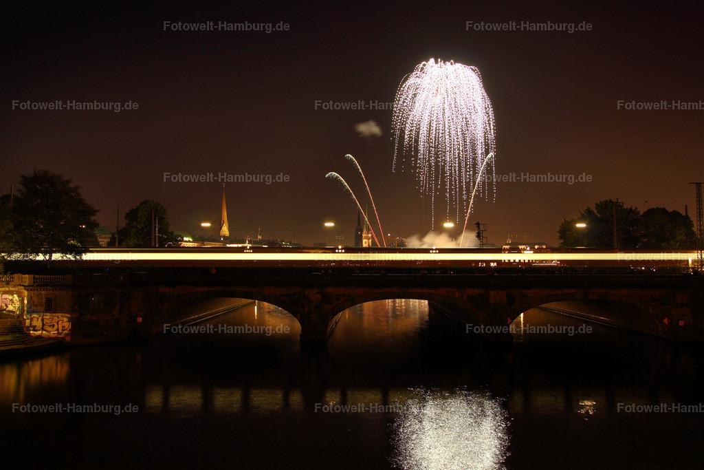 11377193 - Feuerwerk und S-Bahn