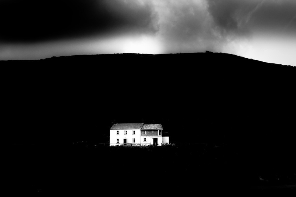 white house and mountain | Ein trüber Tag und unheimliche Wolken in Boscastle, Cornwall, England.