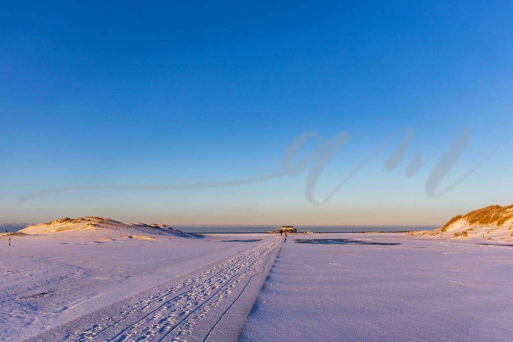 Mirs021-2162 | schnee, sonnenaufgang, morgen, st. peter-ording, spo, kälte, minusgrade, kalt, frost, eis, wintereinbruch, sonne, strand, sonnig, schönes wetter, holzweg,