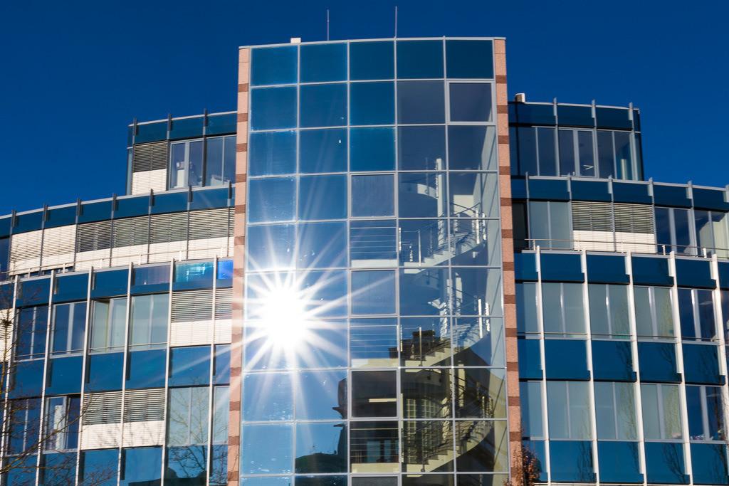 Fassade mit Sonnensternen