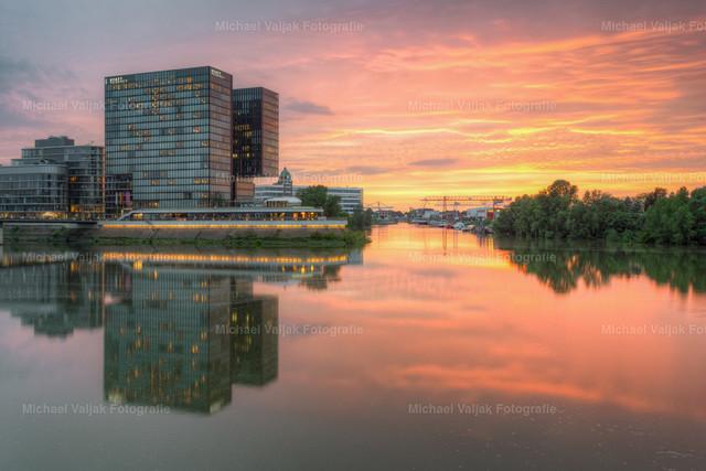 Im Medienhafen Düsseldorf   Sonnenuntergang im Medienhafen Düsseldorf. Das Hyatt Regency Hotel spiegelt sich im Hafenbecken.