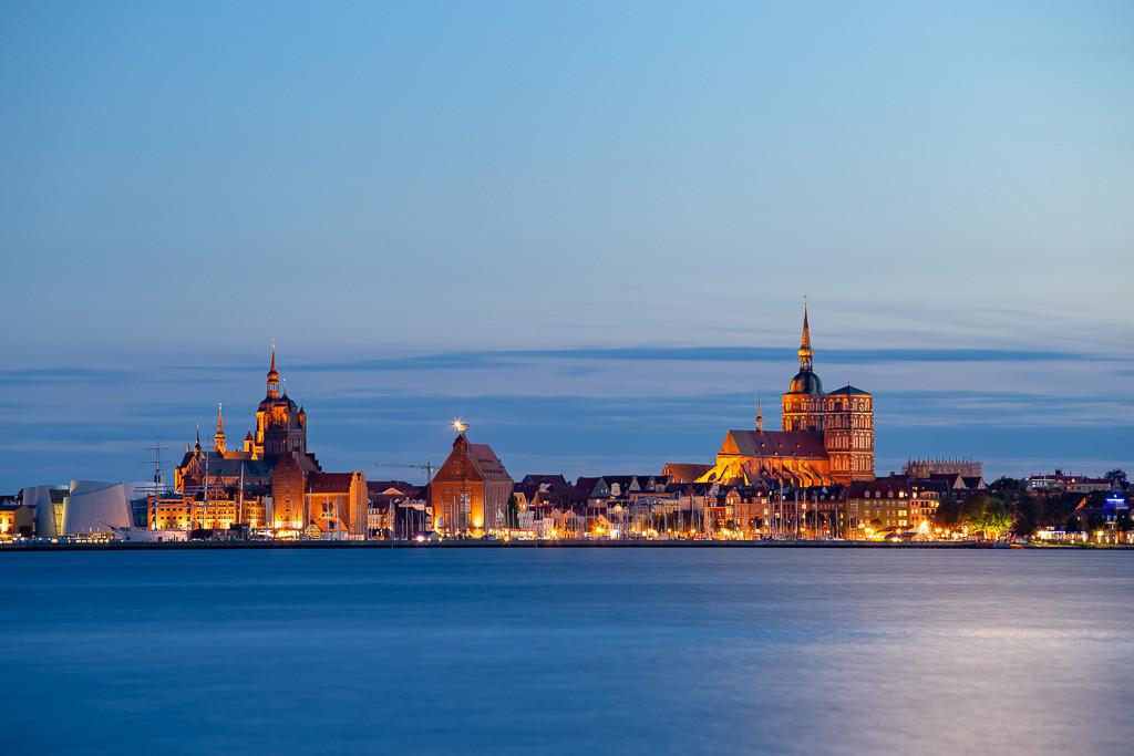 Stralsund im Mondschein | Ein Blick vom Ufer von Altefähr (Rügen) auf Stralsund in abendlicher Dämmerung. Nach der Aufnahme gabs erst mal ein Störtebeker.