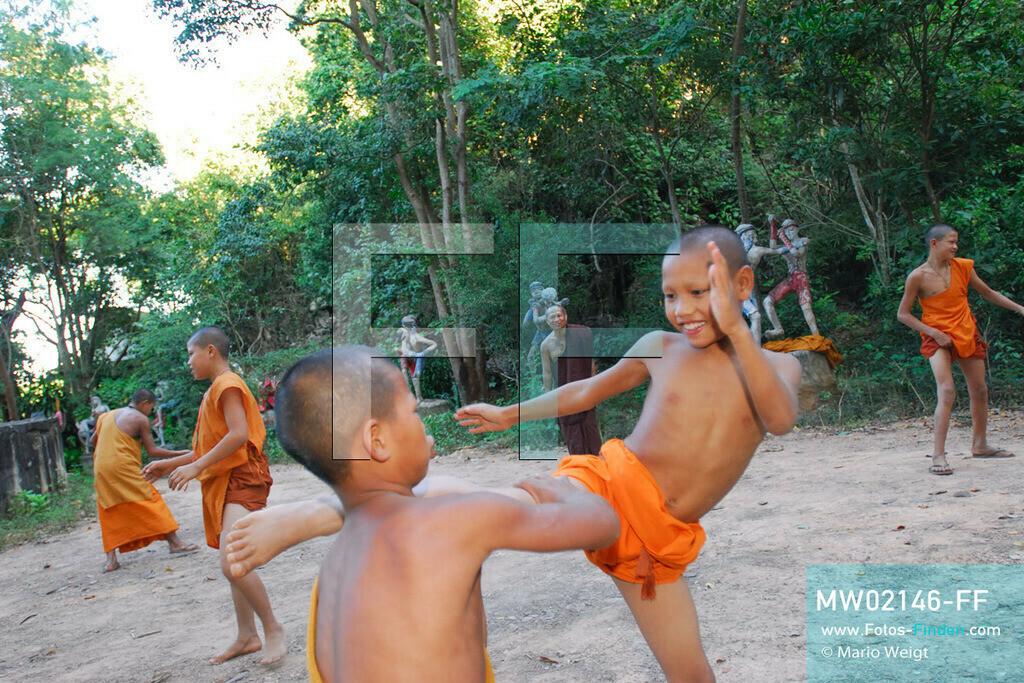 MW02146-FF | Thailand | Goldenes Dreieck | Reportage: Buddhas Ranch im Dschungel | Abt Phra Khru Bah Nuachai Kosito lernt den jungen Mönchen Muay Thai (Thaiboxen).  ** Feindaten bitte anfragen bei Mario Weigt Photography, info@asia-stories.com **