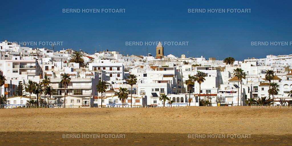 conil | Foto einiger weisser Häuser in dem schönen Städtchen Conil de la Frontera (Andalusien), Spanien. | Photo of some white houses in the beautiful small town Conil de la Frontera (Andalusia), Spain.
