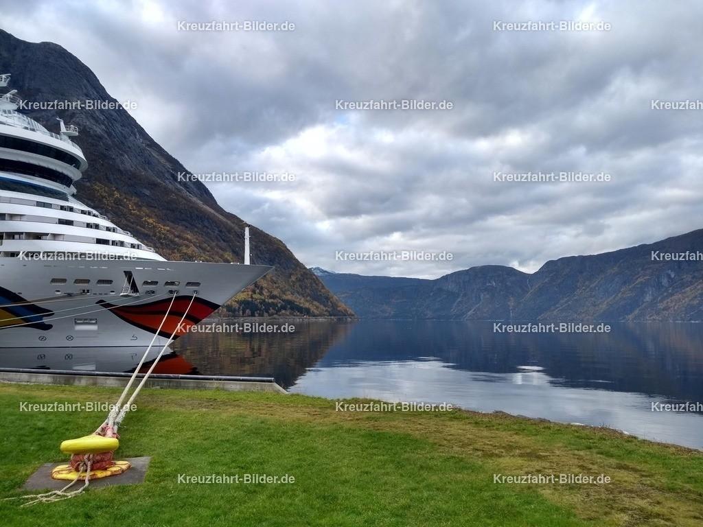 Eidfjord | Der Eidfjord mit dem Bug der AIDAsol