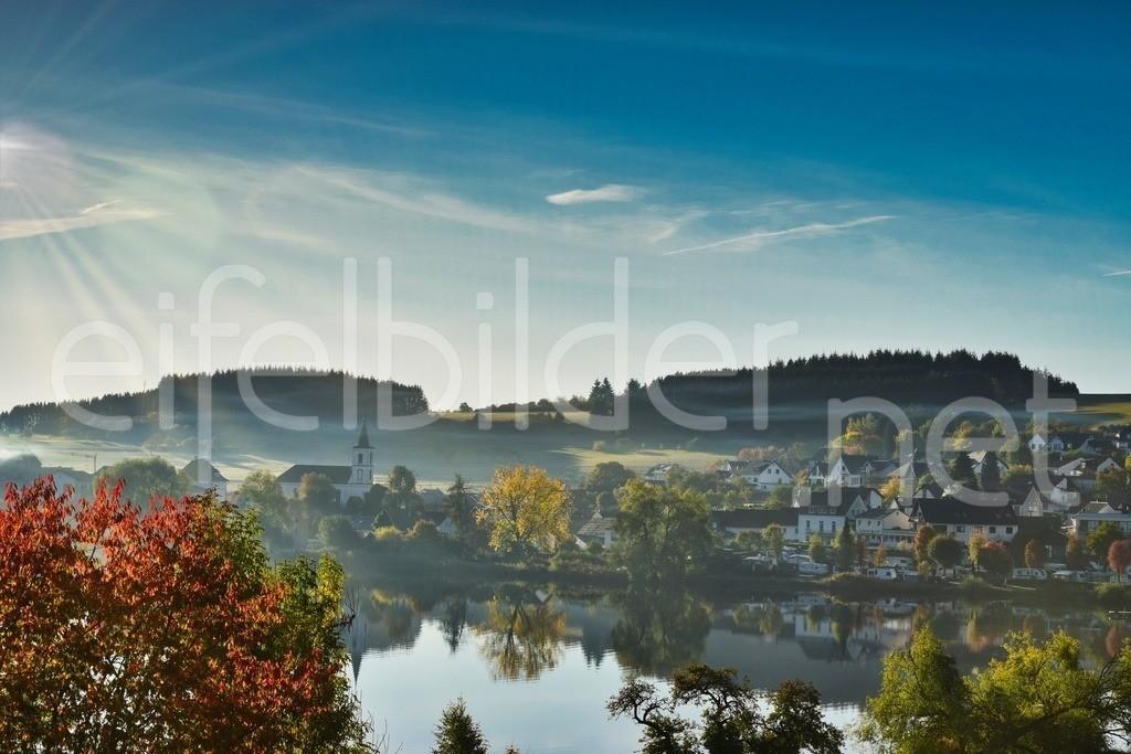 Herbstliche Morgenstimmung am Schalkenmehrener Maar   Daun Schalkenmehren, Eifel (Vulkaneifel) - buntes Herbstlaub im Sonnenschein und ein Hauch von Nebel, der das Dorf in verträumt und märchenhaft wirken lässt