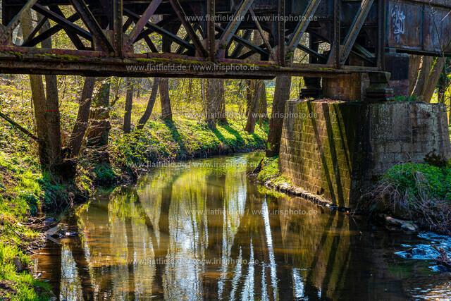 Unter der alten Eisenbahnbrücke 2