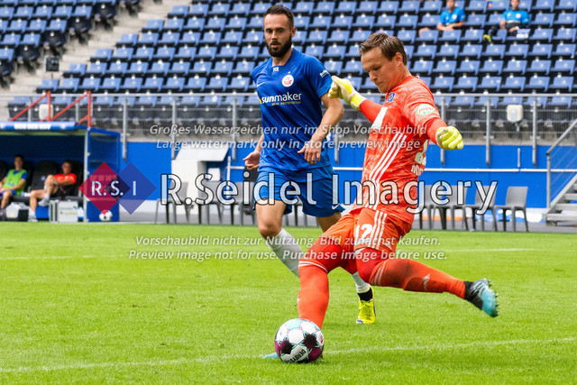 Fußball, Herren, Testspiel, Hamburger SV - FC Hansa Rostock, Volksparkstadion, 09.08.2020   Pascal Breier (#39 Hansa Rostock), Tom Mickel (#12 HSV Torwart)