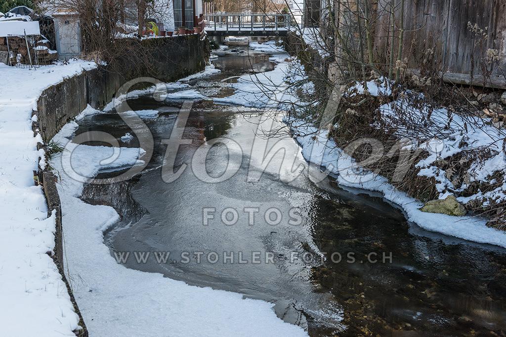Hintere Frenke im Winter, Ziefen (BL) | Der fast eingefrorene Dorfbach (Hintere Frenke) im Winter, Ziefen im Kanton Baselland.