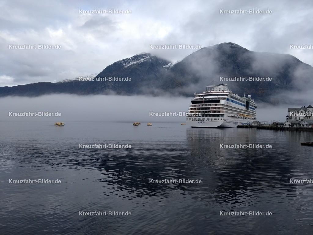 AIDAsol in Eidfjord im Nebel | AIDAsol in Eidfjord bei Nebel