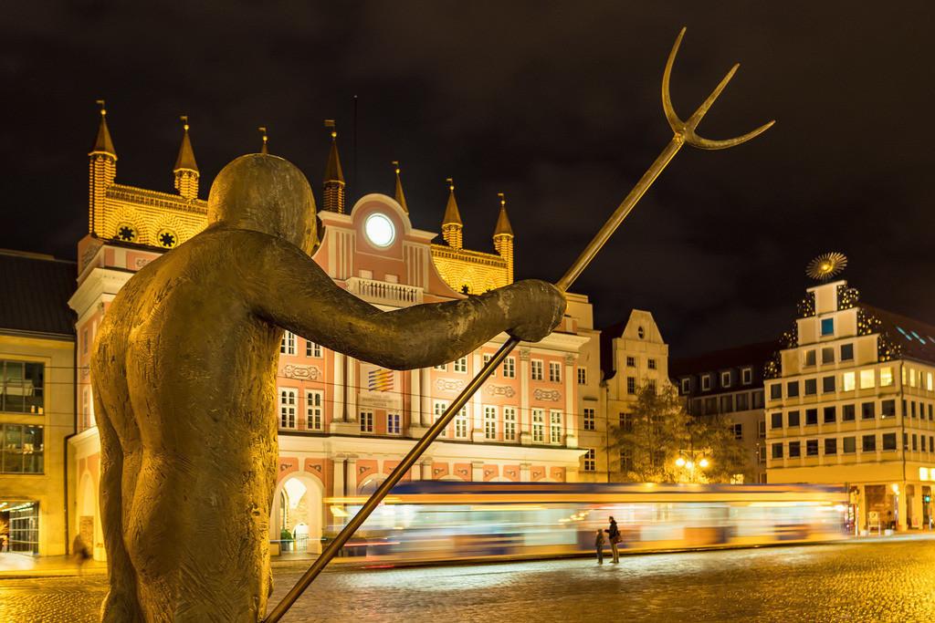 Blick auf das Rathaus in Rostock bei Nacht | Blick auf das Rathaus in Rostock bei Nacht.