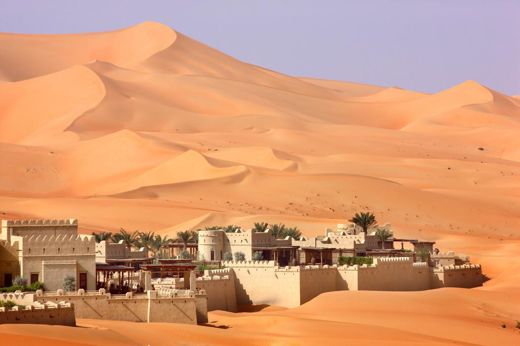 Wuestenhotel | Wüsten-Luxus Hotel Anantara Qasr Al Sarab. Nahe der Oase Liwa, in  der Empty Quarter genannten Sandwueste Rub Al Khali. Im Stil eines Wuestenforts gebautes Hotelresort in Mitten von hohen Sandduenen. Ca 150 Kilometer von Abu Dhabi gelegen. Abu Dhabi, Vereinigte Arabische Emirate.