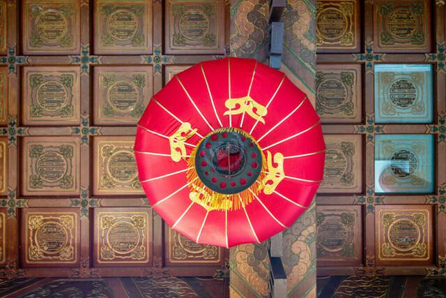 Singapur Holzkassettendecke und chinesischer Lampion im Live Turtle & Tortoise Museum   SGP, Singapur, Singapur, 25.02.2017, Singapur Holzkassettendecke und chinesischer Lampion im Live Turtle & Tortoise Museum © 2017 Christoph Hermann, Bild-Kunst Urheber 707707, Gartenstraße 25, 70794 Filderstadt, 0711/6365685;   www.hermann-foto-design.de ; Contact: E-Mail ch@hermann-foto-design.de, fon: +49 711 636 56 85