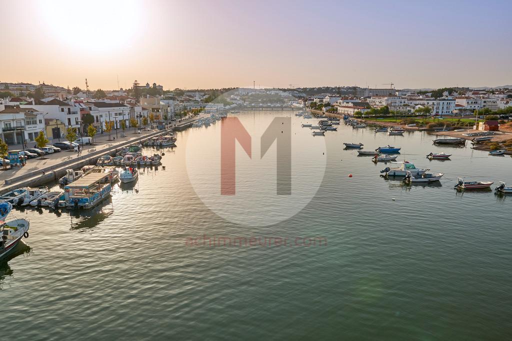 Der Hafen von Tavira an der Algarve in Portugal