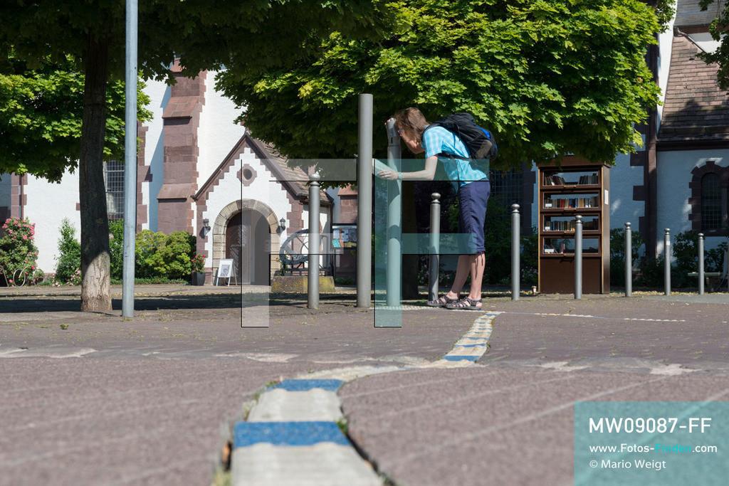 MW09087-FF | Deutschland | Niedersachsen | Holzminden | Reportage: Reise entlang der Weser | Die Aromastele Nr. 8 mit Salbungsöl befindet sich in der Nähe der Evangelisch-Lutherischen Kirche am Marktplatz. Der Duftspaziergang mit 18 Stelen führt die Besucher durch die