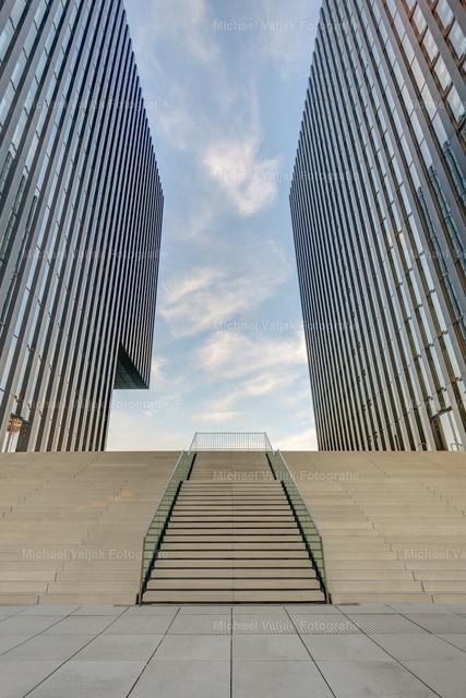 Moderne Architektur in Düsseldorf  | Treppe zwischen zwei Hochhäusern im Düsseldorfer Medienhafen.