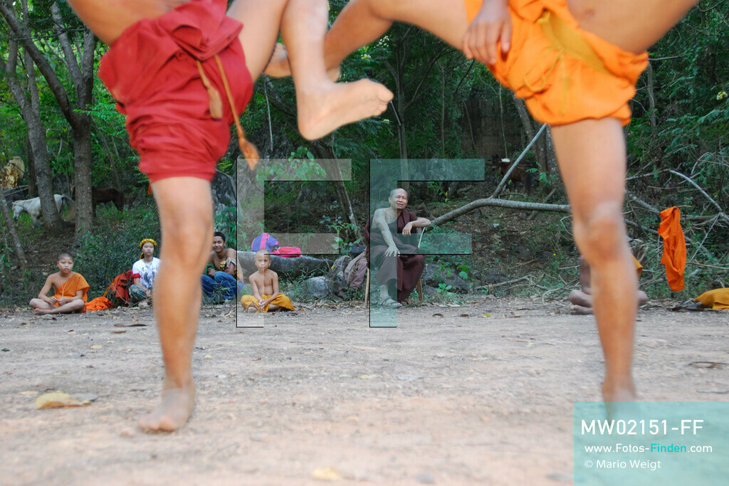 MW02151-FF | Thailand | Goldenes Dreieck | Reportage: Buddhas Ranch im Dschungel | Abt Phra Khru Bah Nuachai Kosito lernt den jungen Mönchen Muay Thai (Thaiboxen).  ** Feindaten bitte anfragen bei Mario Weigt Photography, info@asia-stories.com **