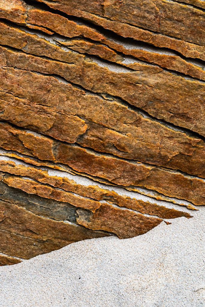 Steinstrukturen  | Triptychon Maghera I - 1 | Best. Nr. irl_2018_07_2054 | Zerfurchtes Gestein, Maghera Beach, Donegal, Irland. Einen Anwendungsvorschlag finden Sie hier: https://shop.soulimages.eu/img/sbd0u7 (Büro). Weitere Einrichtungsbeispiele sind in der Galerie
