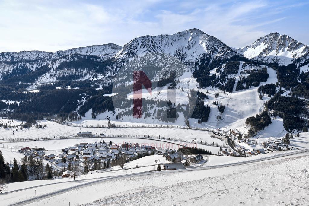Blick auf Zöblen im Winter, Tannheimer Tal, Tirol, Österreich