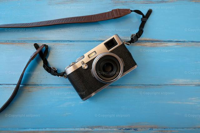 Filmkamera auf blauem French-Style-Hintergrund  | Konzept der Reisefotografie mit einer Analogfilmkamera.