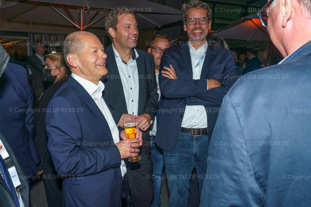 TV-Triell 2021 von ARD und ZDF in Berlin   Berlin, das Pressezentrum zum 2. TV-Triell Dreikampf ums Kanzleramt, dieses Mal von ARD und ZDF. Im Studio Berlin Adlershof, traten die Kanzlerkandidaten und die Kanzlerkandidatin zum zweiten Schlagabtausch an. Unterstützt wurden die drei Kontrahenten von Parteifreunden, weiteren Prominenten und Fans der jeweiligen Lager. Im Bild: Olaf Scholz mit einem Glas Bier im Gespräch nach dem Triell.
