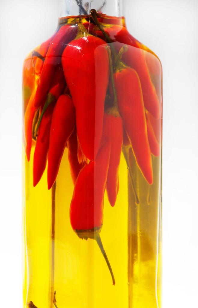Chiliöl | Frische Chilischoten in Olivenöl eingelegt, zu Herstellung von scharfem Öl zum würzen.