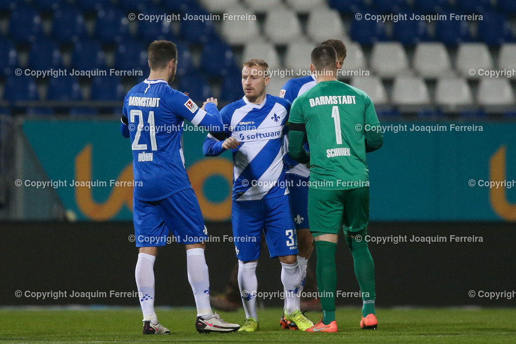 201127_svdvsbvt_0044 | 27.11.2020, xjfx, Fussball 2.BL SV Darmstadt 98 - Eintracht Braunschweig,  emspor, emonline, despor, v.l.,  Immanuel Höhn (SV Darmstadt 98),Fabian Holland (SV Darmstadt 98) und Goalkeeper, Torwart  Marcel Schuhen (SV Darmstadt 98) vor dem Spiel     (DFL/DFB REGULATIONS PROHIBIT ANY USE OF PHOTOGRAPHS as IMAGE SEQUENCES and/or QUASI-VIDEO)