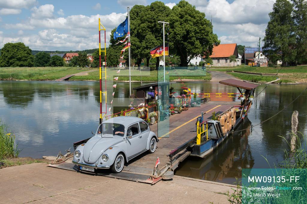 MW09135-FF | Deutschland | Niedersachsen | VW Käfer auf Deutschlandtour | Oldtimer VW Käfer auf der Weser-Fähre in Wahmbeck  ** Feindaten bitte anfragen bei Mario Weigt Photography, info@asia-stories.com **