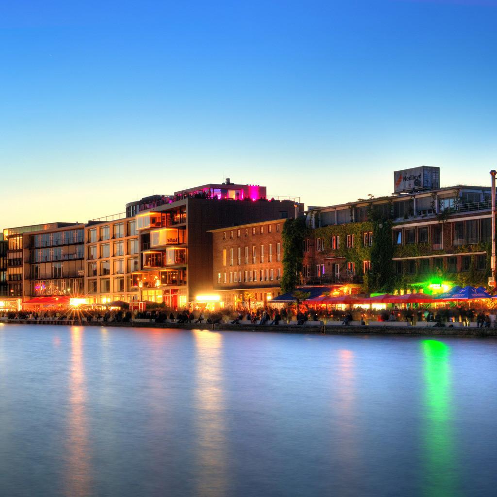 Münster alter Hafen mit Ladekran während des Hafenfests im Sommer   Dämmerungsfoto in der blauen Stunde vom alten Hafen in Münster mit Ladekran und Hafenfest auf dem Kreativkai - Münster Panorama im Quadrat 2x1 Teil 2v2