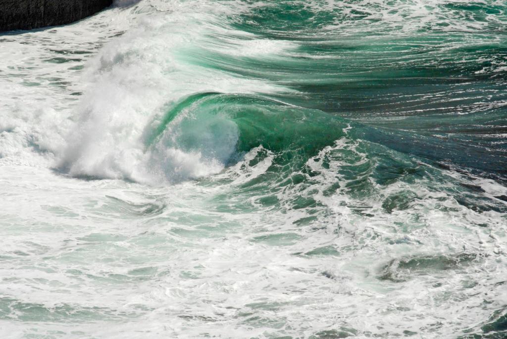 Best. Nr. wasser01 | Welle vor der Küste von Inishmore, Aran Islands, Irland | Das Element Wasser steht mit dem Norden in Verbindung, seine Farben sind blau, blauviolett und schwarz, seine Form ist wellig oder tropfenförmig oder unregelmäßig. Wasser passt sich jeder Form an und formt doch diedie Umgebung. Es steht in Verbindung mit Kommunikation, Übermittlung von Ideen und den Künsten, daher eignen sich die Motive besonders für Kreativagenturen und das Umfeld der (digitalen) Medien, zu Hause sind das Badezimmer aber auch das Arbeitszimmer typische Orte, an denen Wasserbilder eingesetzt werden können.