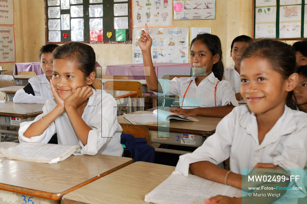 MW02499-FF | Kambodscha | Phnom Penh | Reportage: Apsara-Tanz | Tanzschülerin Sivtoi während des Unterrichts in der Grundschule. Sie lernt den Apsara-Tanz in einer Tanzschule. Sechs Jahre dauert es mindestens, bis der klassische Apsara-Tanz perfekt beherrscht wird. Kambodschas wichtigstes Kulturgut ist der Apsara-Tanz. Im 12. Jahrhundert gerieten schon die Gottkönige beim Tanz der Himmelsnymphen ins Schwärmen. In zahlreichen Steinreliefs wurden die Apsara-Tänzerinnen in der Tempelanlage Angkor Wat verewigt.   ** Feindaten bitte anfragen bei Mario Weigt Photography, info@asia-stories.com **