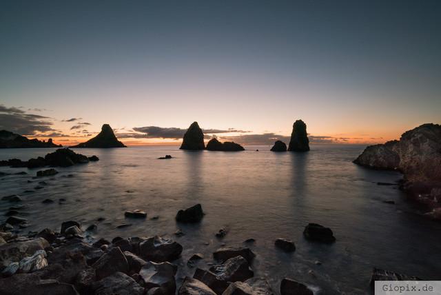 Zyklopeninseln zum Sonnenaufgang | Die Zyklopeninseln beim Sonnenaufgang in Aci Trezza an der Ostküste Siziliens