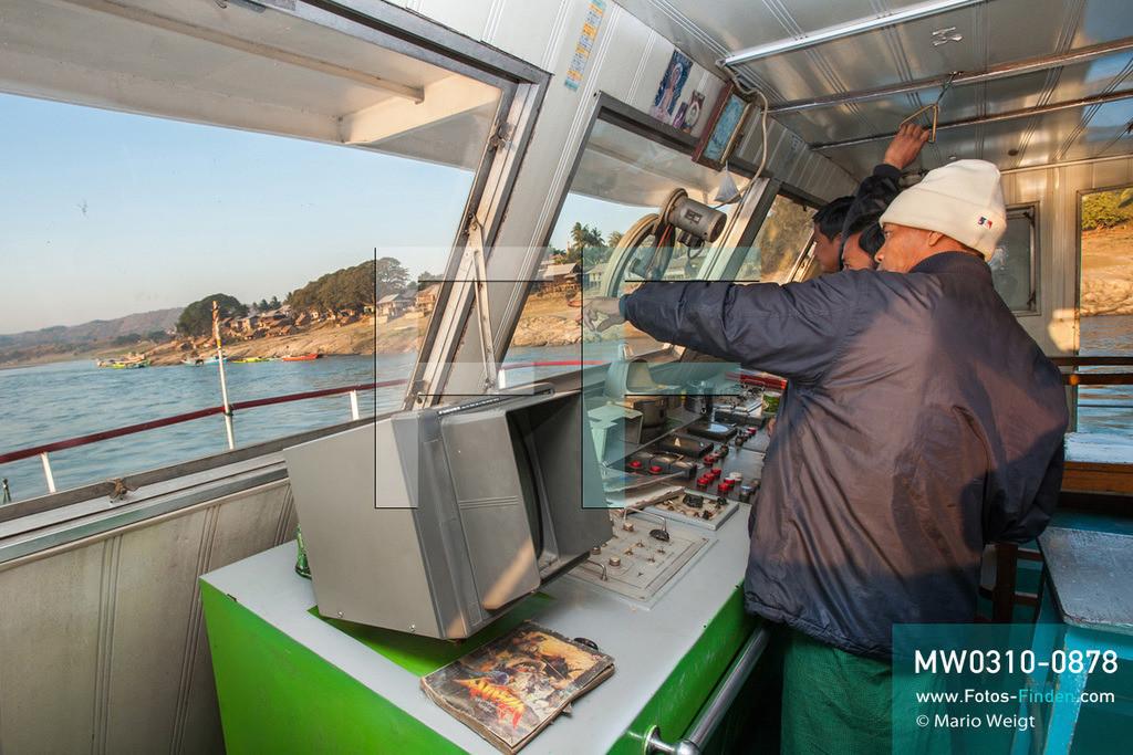 MW0310-0878 | Myanmar | Sagaing-Region | Reportage: Schiffsreise von Bhamo nach Mandalay auf dem Ayeyarwady | Kommandobrücke der IWT-Fähre Pyi Gyi Tagon 2  ** Feindaten bitte anfragen bei Mario Weigt Photography, info@asia-stories.com **