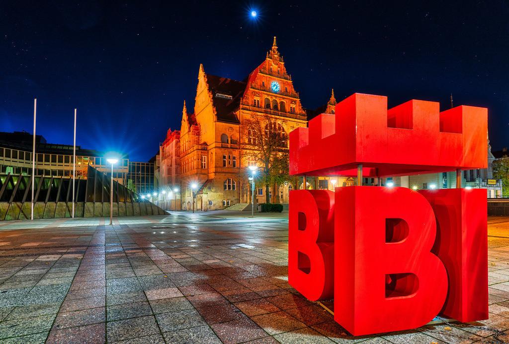 BIE - Rathausplatz Bielefeld | Stadtlogo BIE vor dem Bielefelder Rathaus bei Nacht.
